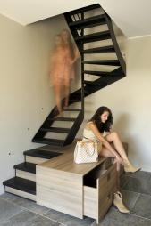extension-contemporaine-caluire_entree-escalier-metal-brute-rangement-chaussures